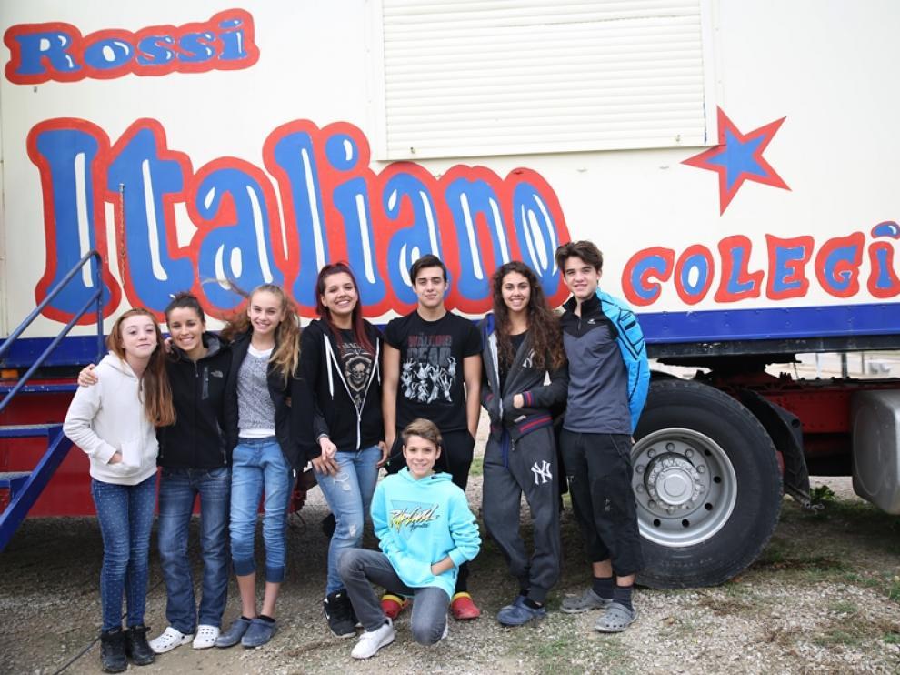 Alumnos de la escuela del Circo Italiano, con su profesora Olatz (segunda por la izquierda).