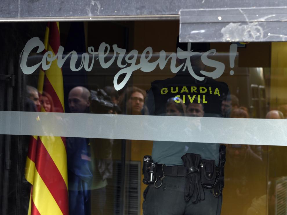 Agentes de la Guardia Civil, en la sede de CDC en Barcelona.