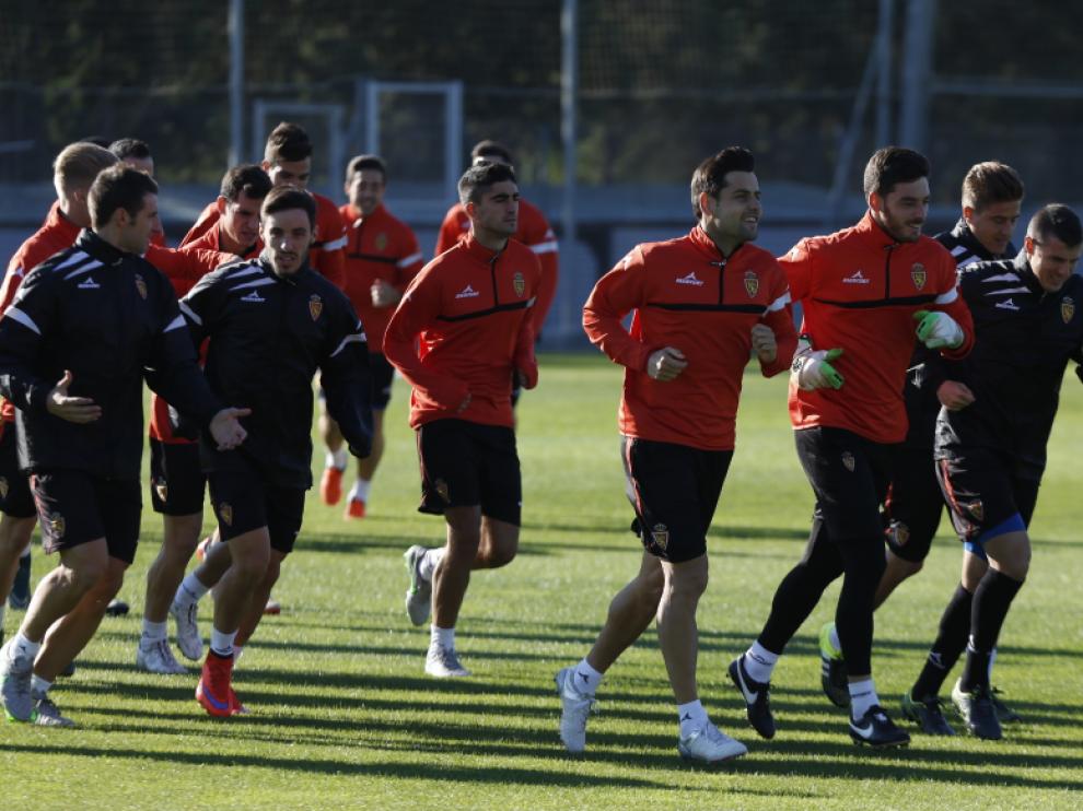 Los jugadores del Real Zaragoza, durante el entrenamiento de este miércoles