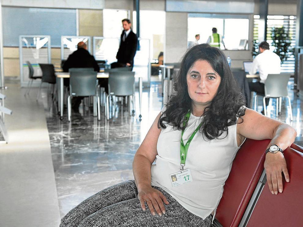 Miryam Laso, en el vestíbulo de la terminal, con personal de la escuela de pilotos al fondo.