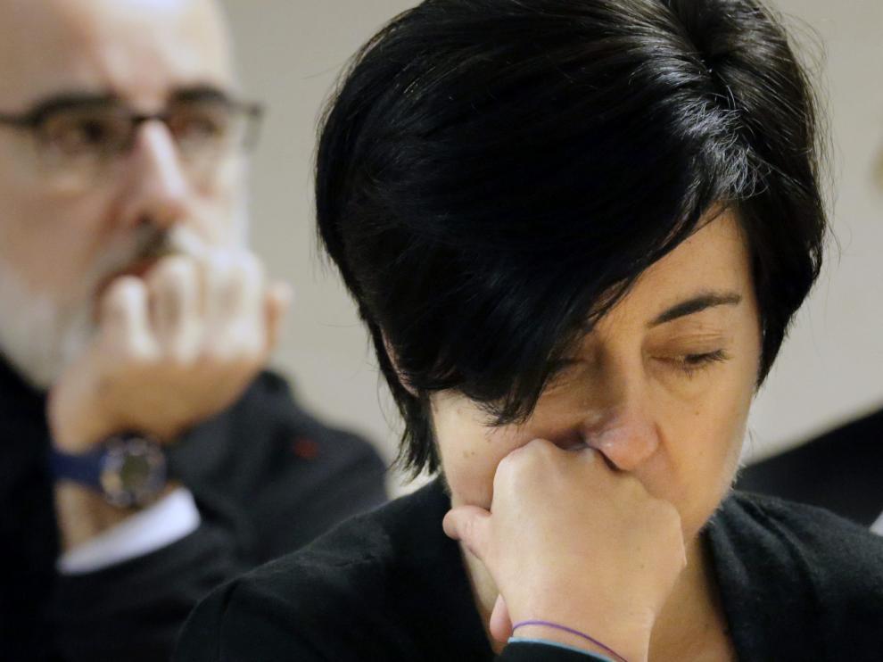 Rosario Porto (c) y Alfonso Basterra, (izq) , acusados de la muerte de su hija Asunta Basterra