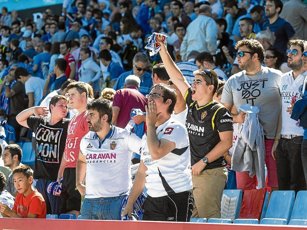 Varios aficionados protestando desde la grada en el partido de ayer por el mal juego del RealZaragoza.