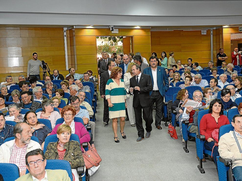 Broto, junto a representantes de asociaciones, ayer en el Palacio de Congresos de Teruel.