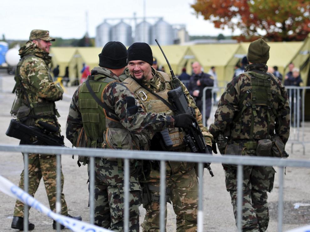 Soldados eslovenos en la frontera con Croacia.