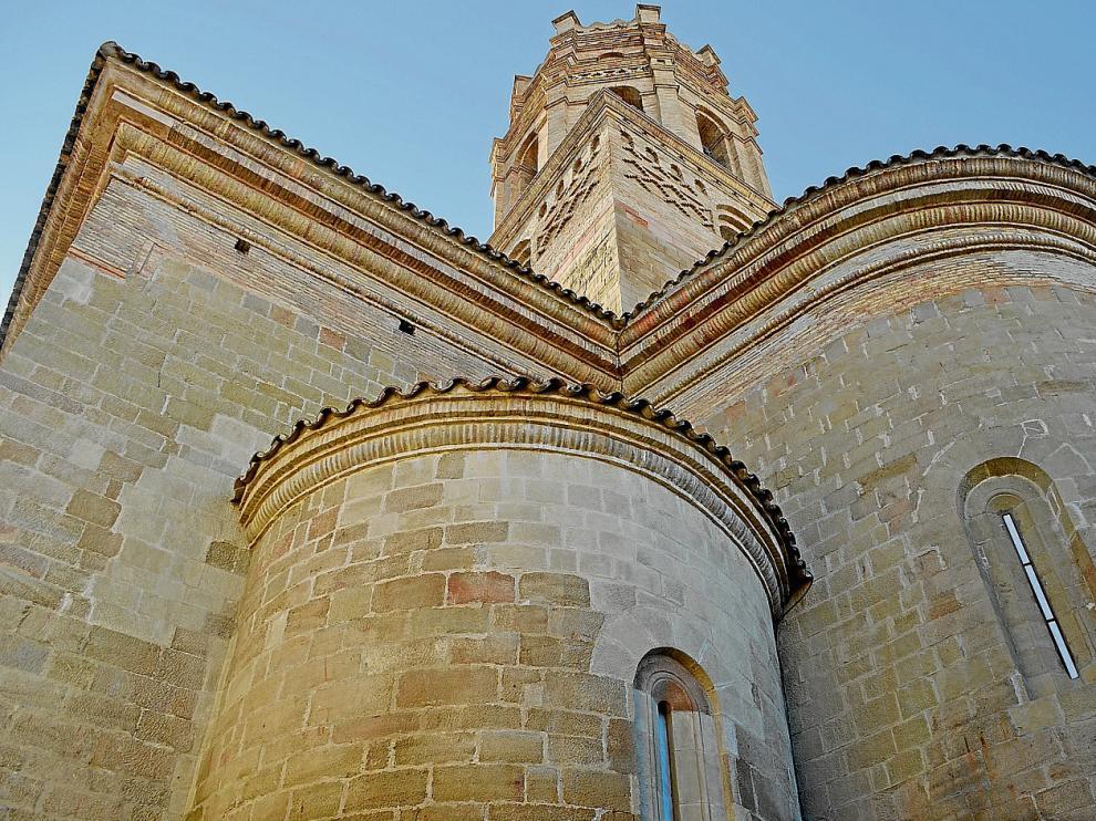 Visión del exterior de la catedral con su torre mudéjar y la nave de bóveda de cañón.