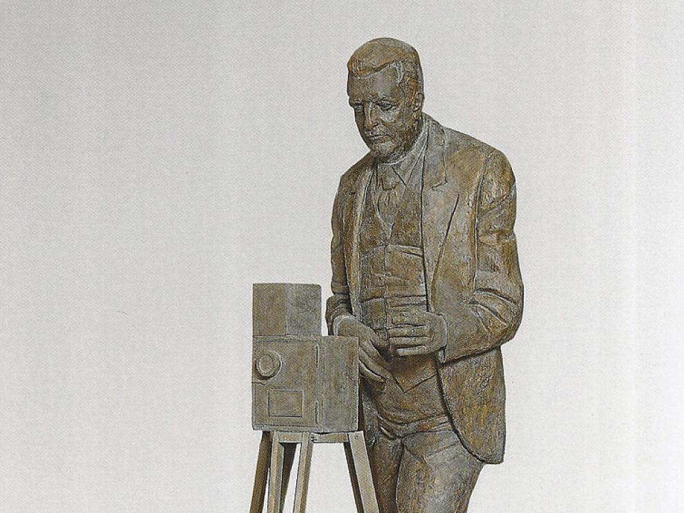 'Eduardo Jimeno Correas', 1996, en escayola patinada.