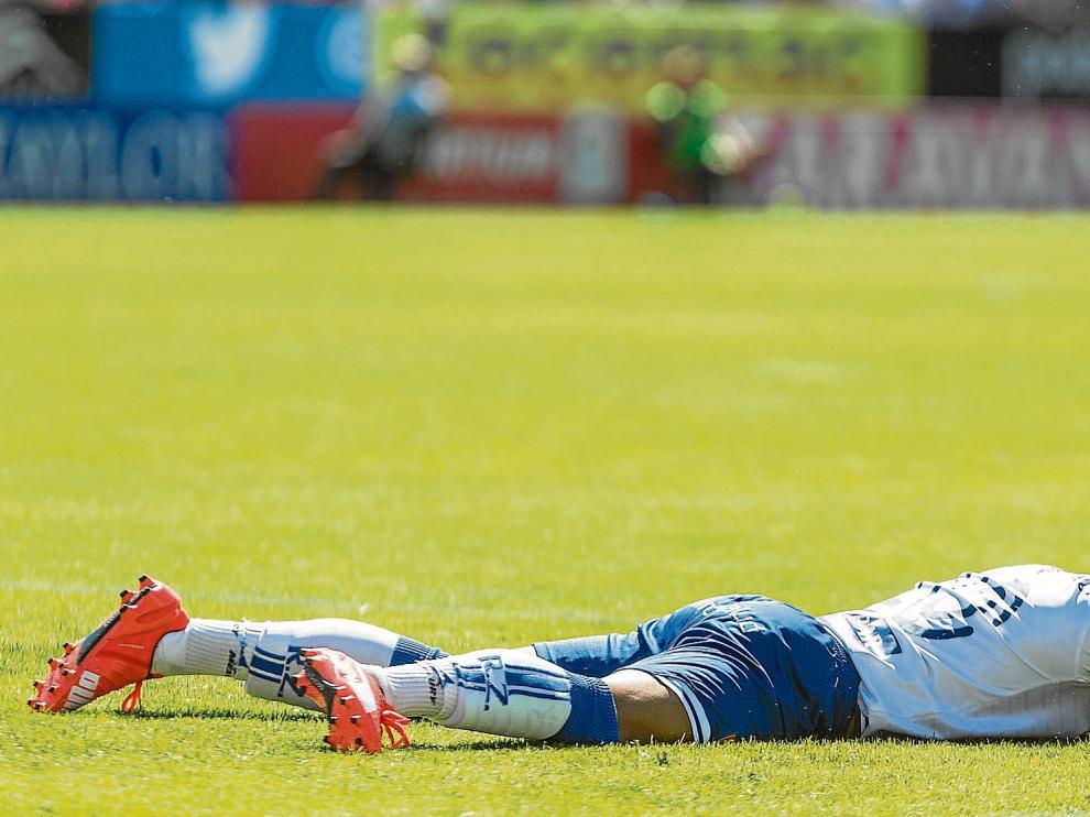 Jorge Díaz, tendido sobre el césped, desolado, al término del encuentro disputado ayer en La Romareda.