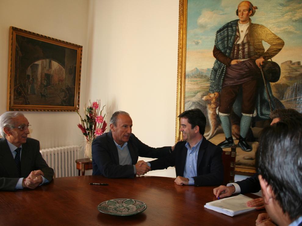 Petón estrecha la mano al alcalde de Huesca, Luis Felipe