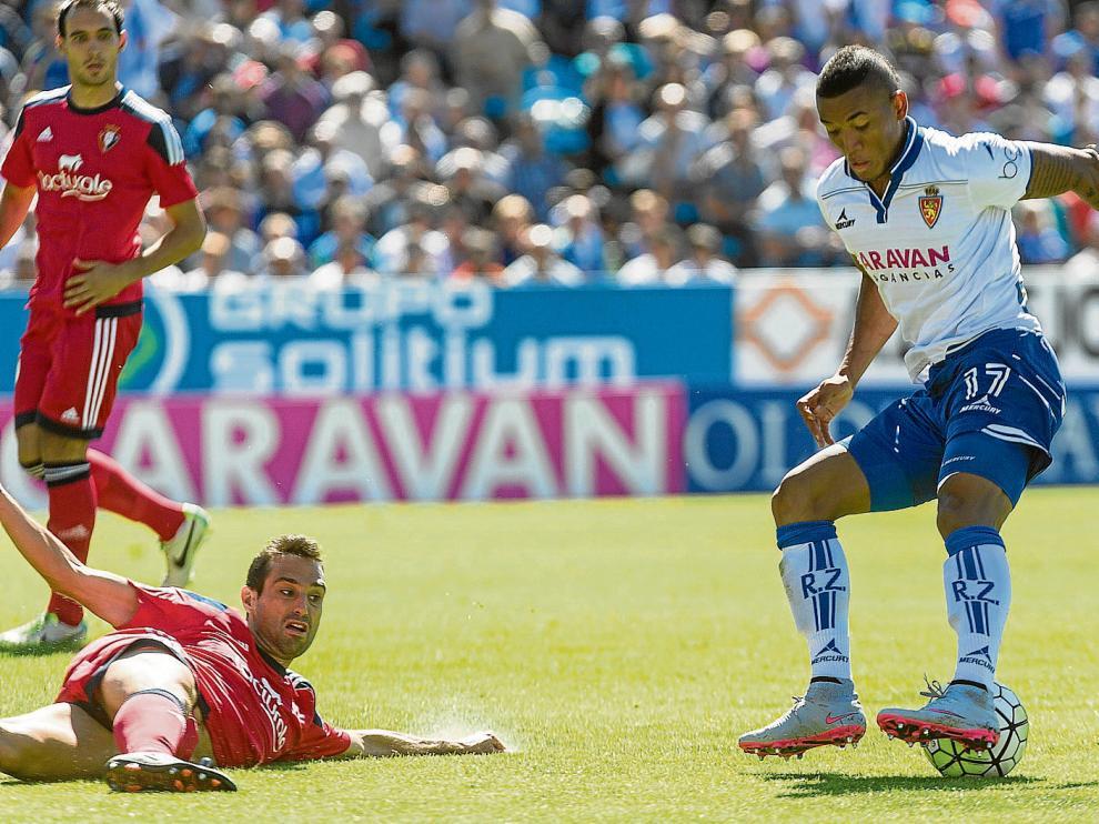 Hinestroza regatea a Javi Flaño en el área en la única jugada notable del partido. Unai, al fondo, salvaría el remate final de Aria.
