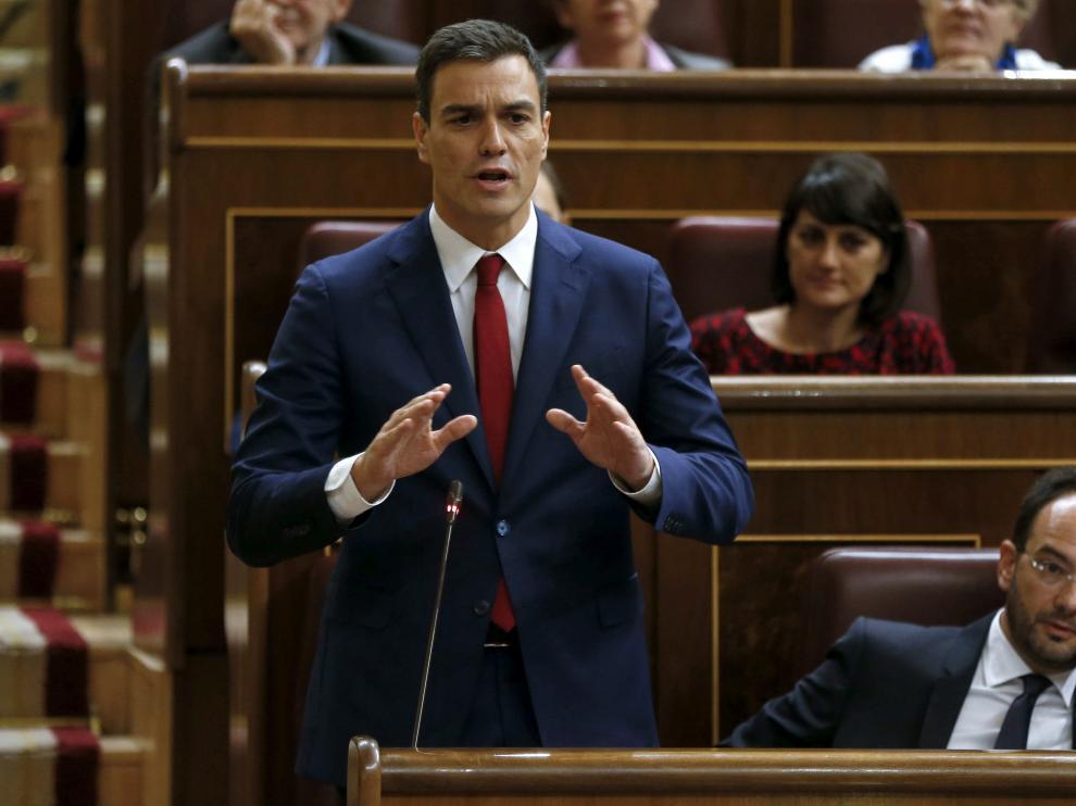 El líder del PSOE, Pedro Sánchez, durante su intervención hoy en la última sesión de control al Gobierno con la que la que el Congreso de los Diputados pone fin a la X legislatura.