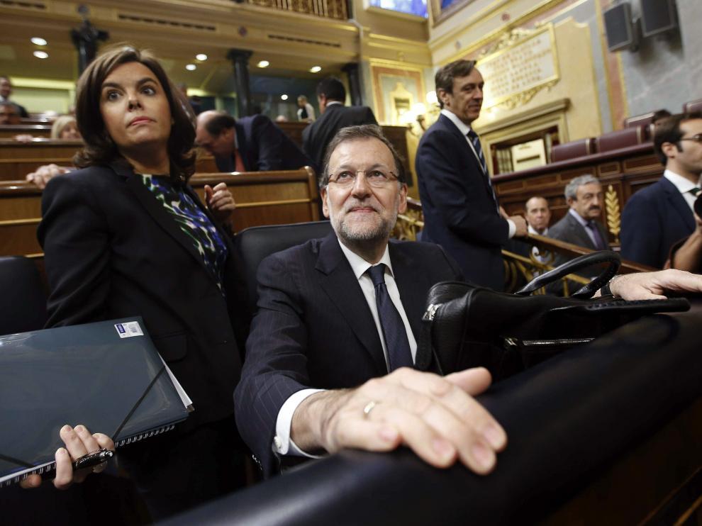 El jefe del Ejecutivo, Mariano Rajoy, junto a la vicepresidenta, Soraya Sáenz de Santamaría, poco antes de que diera comienzo hoy la última sesión de control al Gobierno con la que la que el Congreso de los Diputados pone fin a la X legislatura.