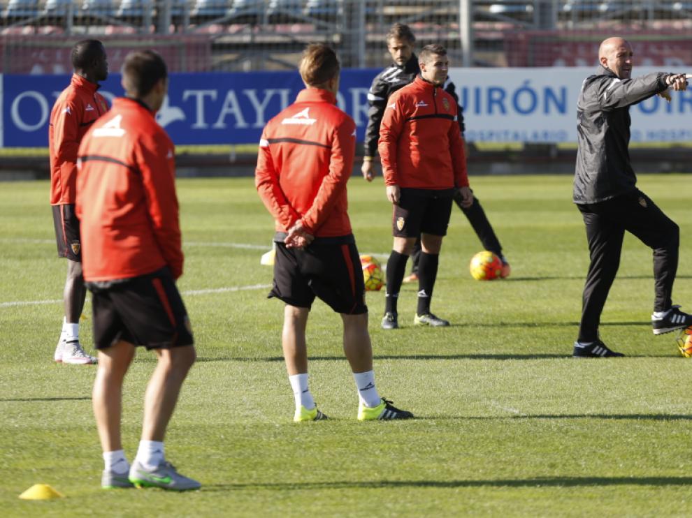 Popovic da órdenes a sus jugadores en el entrenamiento del miércoles