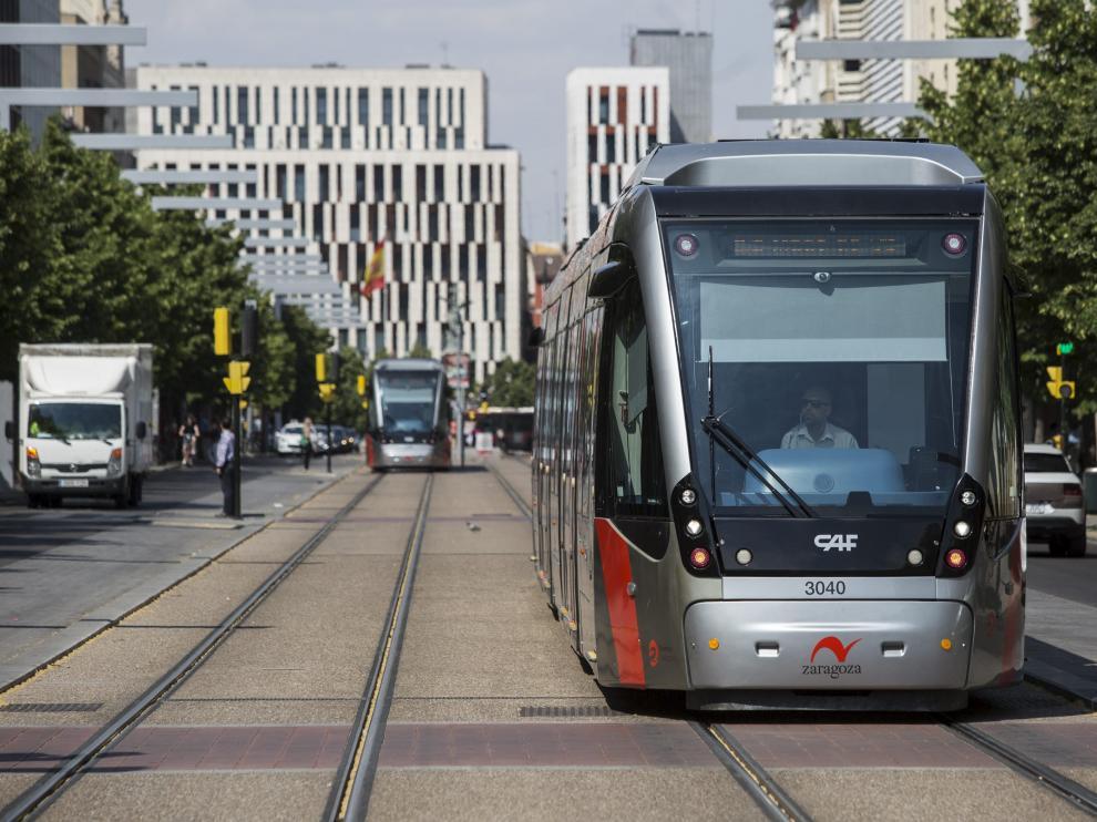 Un tranvía, a la altura del paseo de la Independencia.