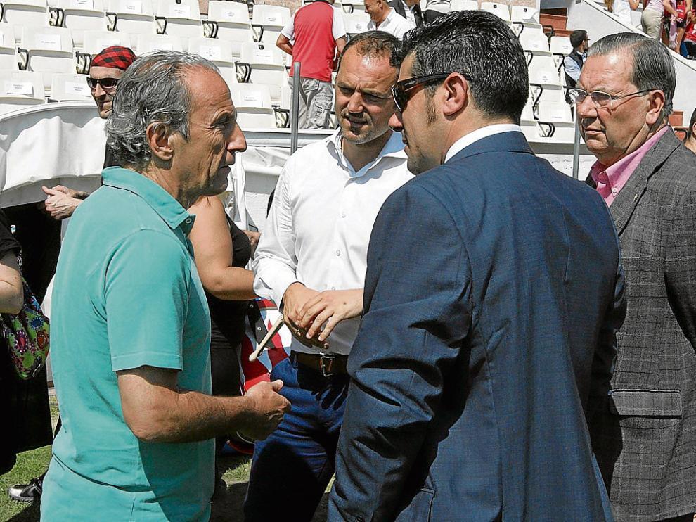 José Antonio Martín Otín, 'Petón', charla con el presidente del Huesca, Fernando Losfablos.