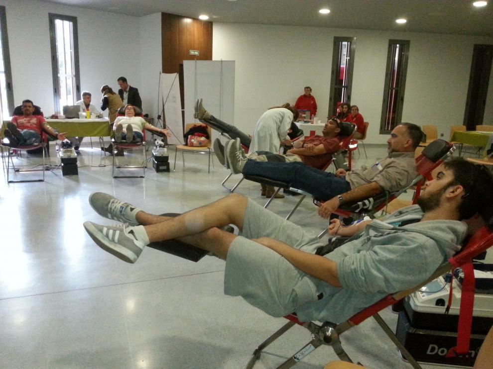 Voluntarios donando sangre esta mañana en el salón de plenos del ayuntamiento de Binéfar.