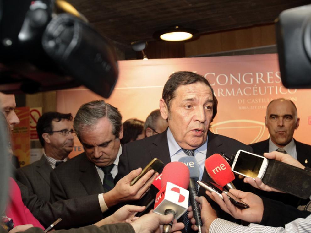 El consejero de Sanidad de Castilla y León, Antonio María Sáez Aguado, atendiendo a los medios este jueves en Soria.