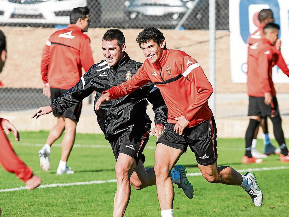 Bertrán, sonriente junto a Vallejo, en un ejercicio del entrenamiento de ayer.
