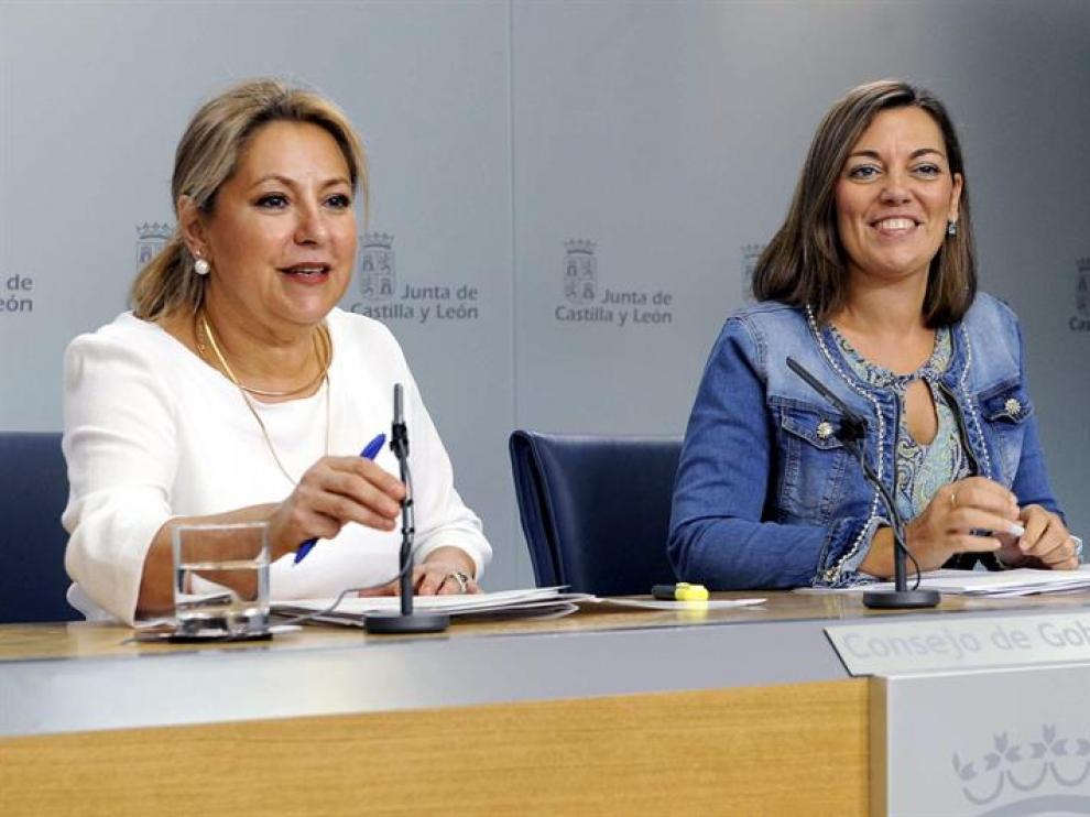 La vicepresidenta y portavoz de la Junta de Castilla y León, Rosa Valdeón, junto a la consejera de Agricultura y Ganadería, Milagros Marcos Ortega, (d).