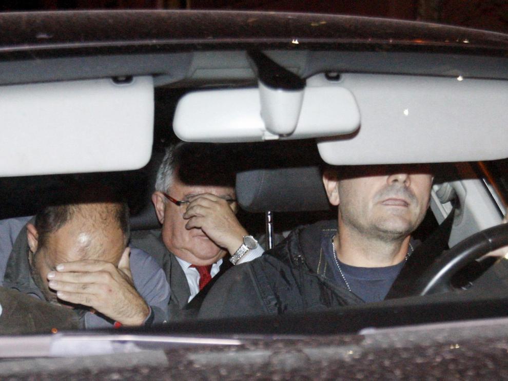 Andreu Viloca se tapa la cara en un vehículo policial.