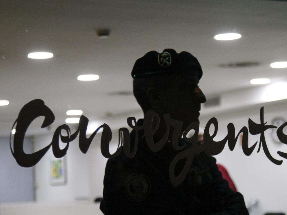 La Guardia Civil protege la sede de CDC durante los registros llevados a cabo en Barcelona