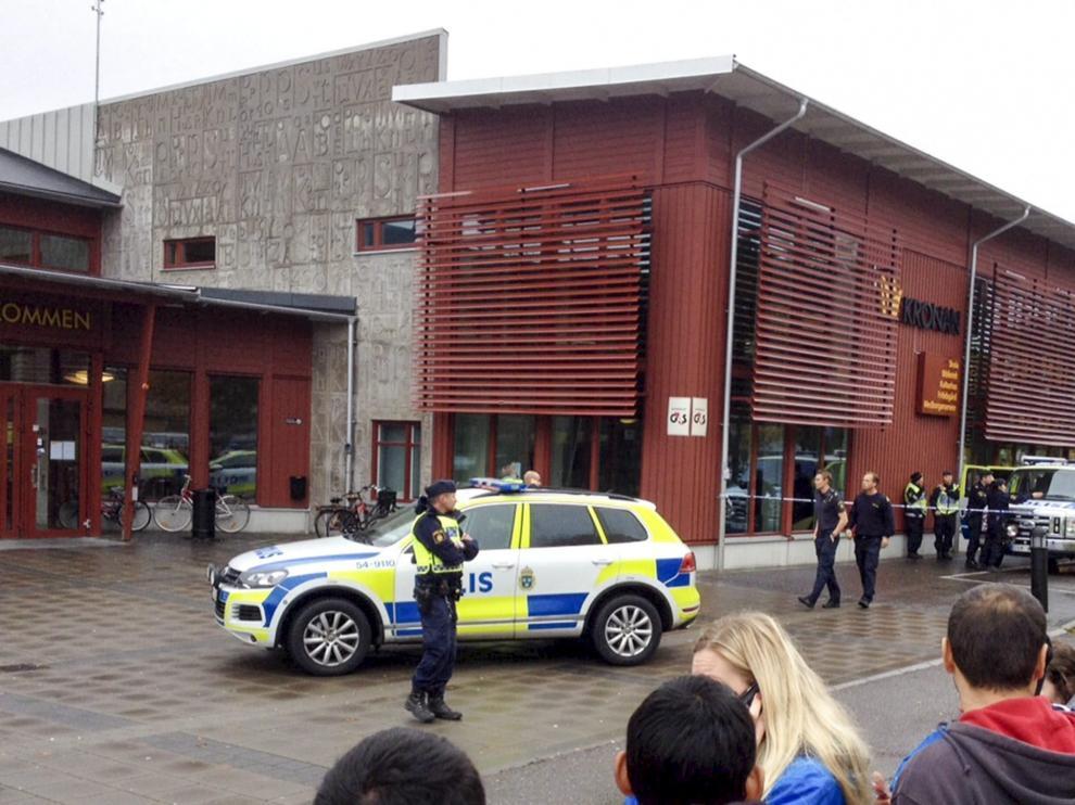 La policía sueca acordona el colegio Kronan en Trollhaettan.
