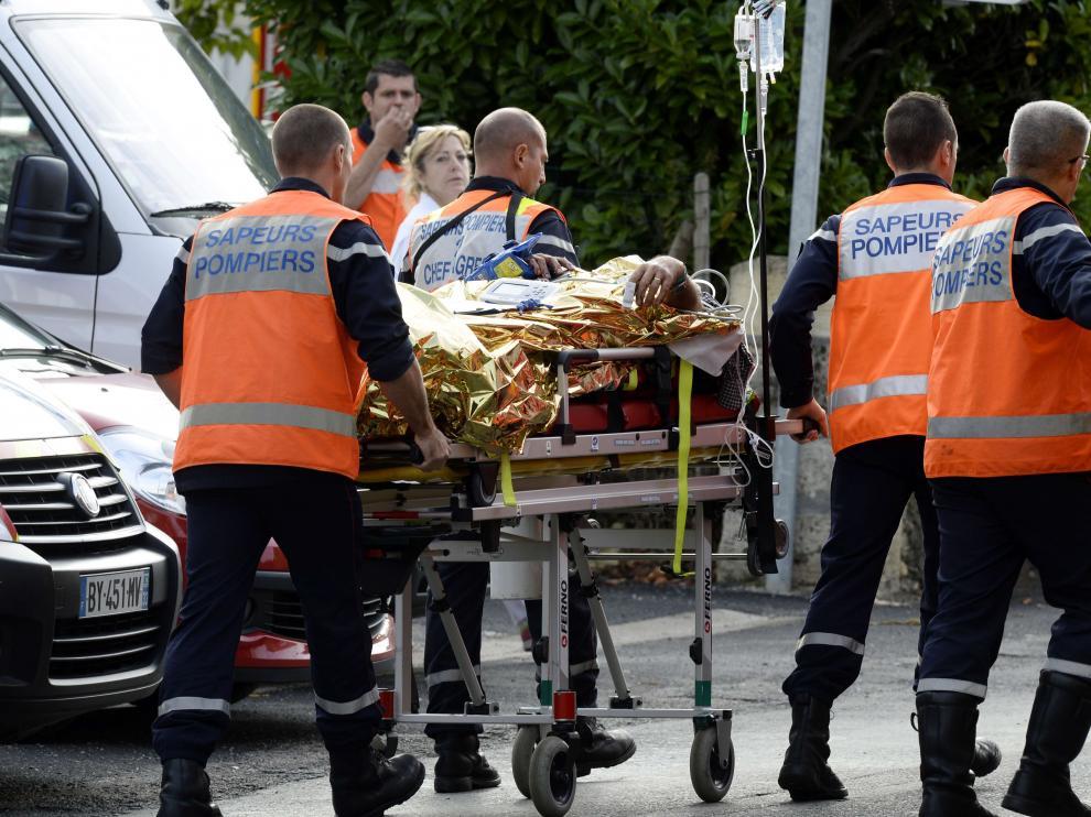 Las autoridades trasladan a un herido en el accidente