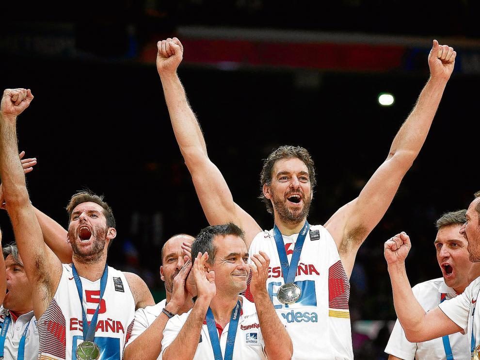 Los integrantes de la selección, con Rudy Fernández y Pau Gasol al mando, celebran el oro conquistado en Lille.