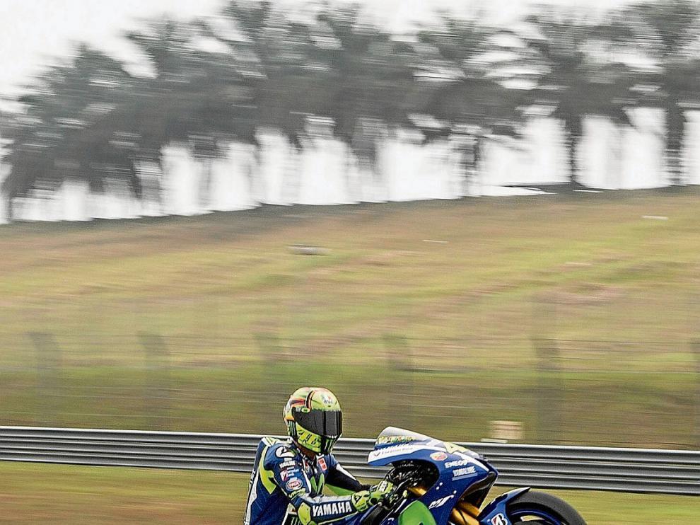 Valentino Rossi hace un caballito en los entrenamientos de ayer en Sepang.