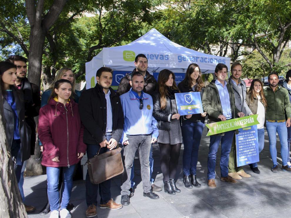 Representantes de Nuevas Generaciones del PP, en la presentación de la campaña #DamoslacaraxEspaña en la plaza de San Francisco de Zaragoza.