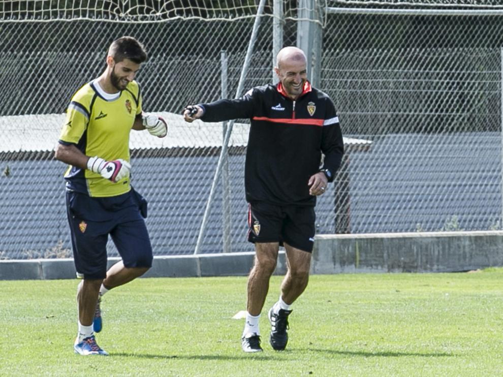 Álvaro Ratón bromea con Popovic en un entrenamiento del primer equipo