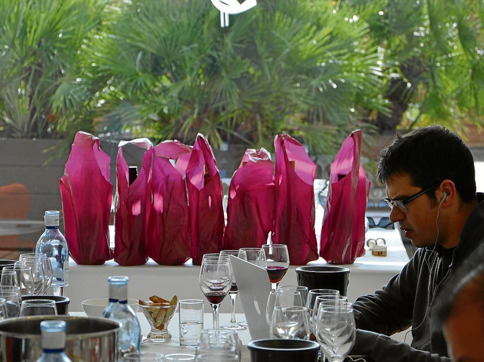 Ferran Centelles, durante la cata en el hotel Hiberus. Al fondo, las botellas tapadas.