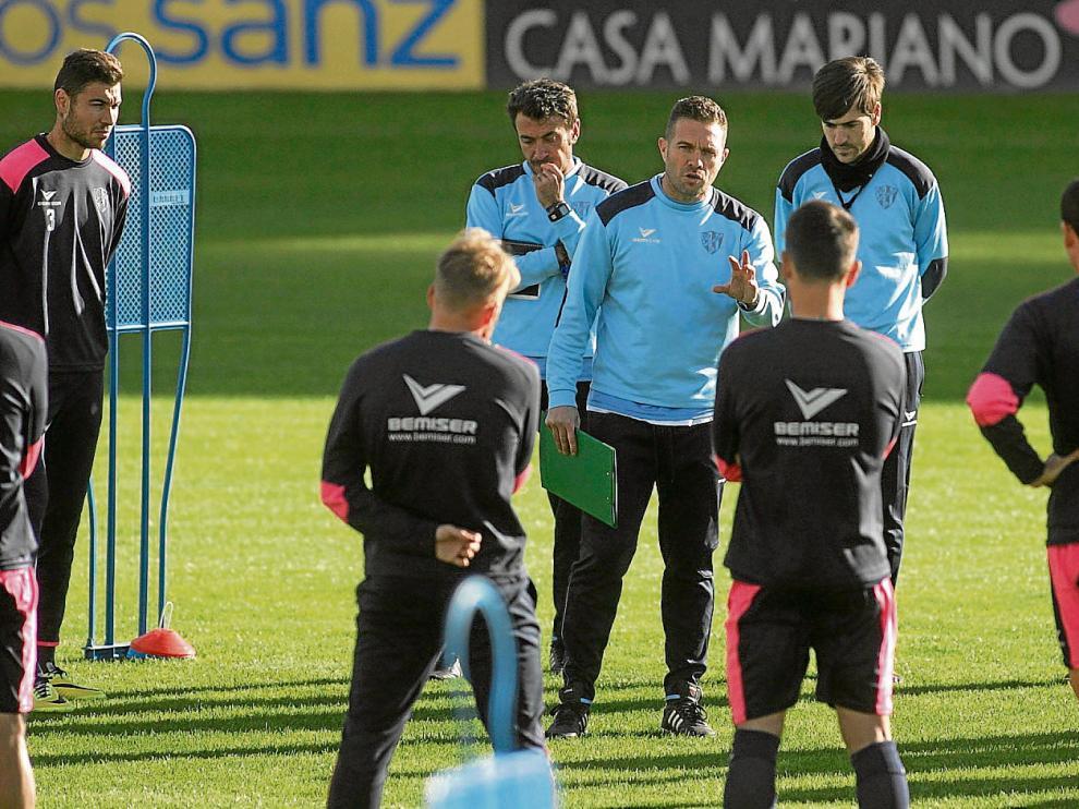 Tevenet, acompañado de su cuerpo técnico, dando ayer instrucciones a sus jugadores antes de iniciar el entrenamiento en El Alcoraz.