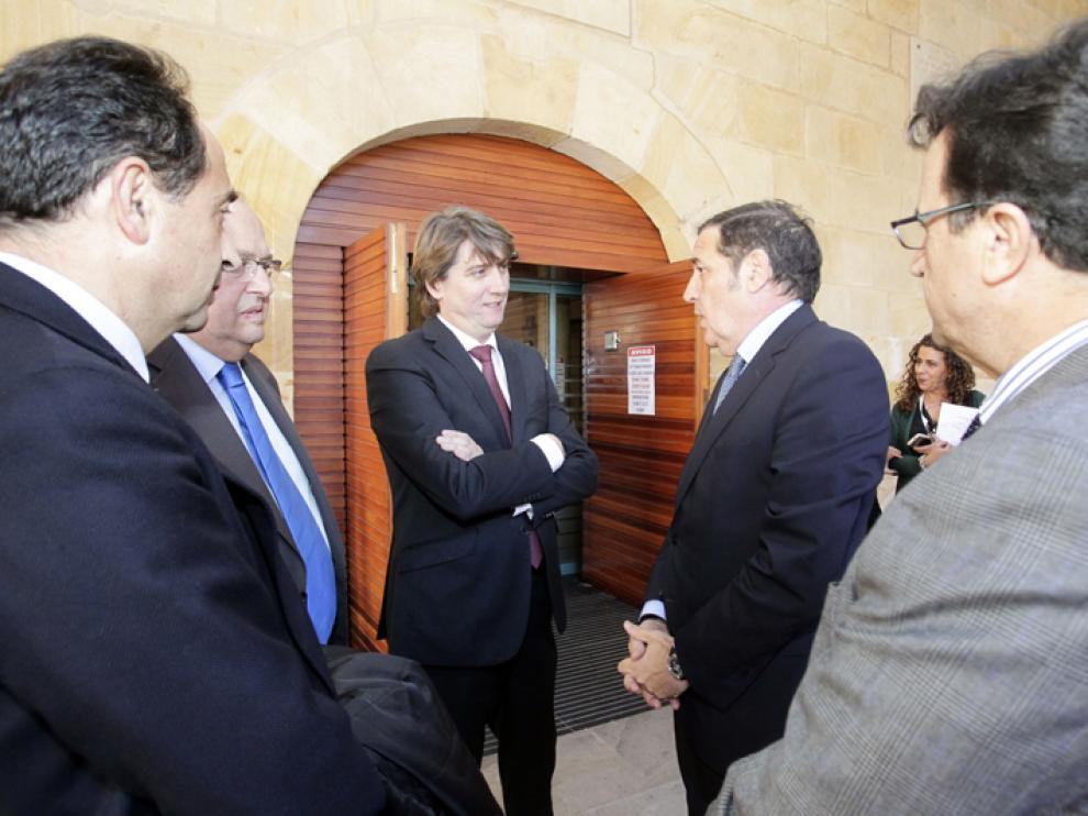 En el centro de la imagen, el alcalde de Soria, Carlos Martínez (i), junto al consejero de Sanidad, Antonio María Sáez Aguado.