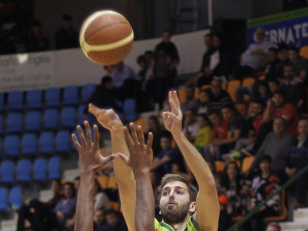 Un momento del partido entre el Planasa y el Peñas Huesca.