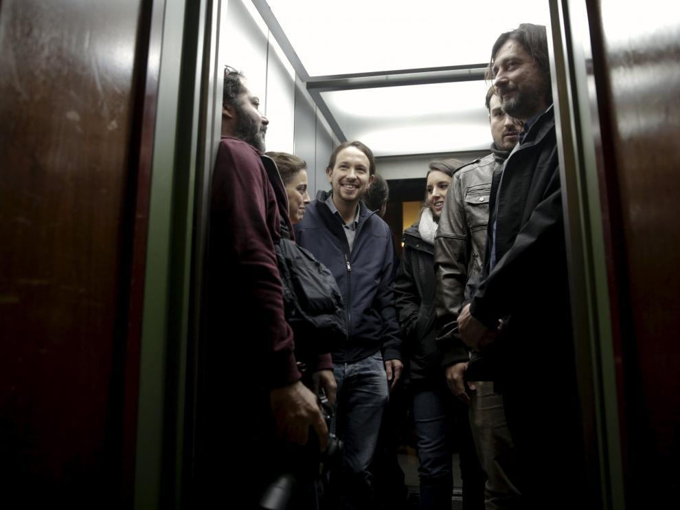 El líder de Podemos en un ascensor junto a sus compañeros de partido