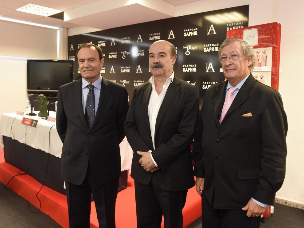 Resines  junto al director general de la Academia, Porfirio Enríquez y el consejero de la empresa Saphir Parfums, Gregorio Martínez.