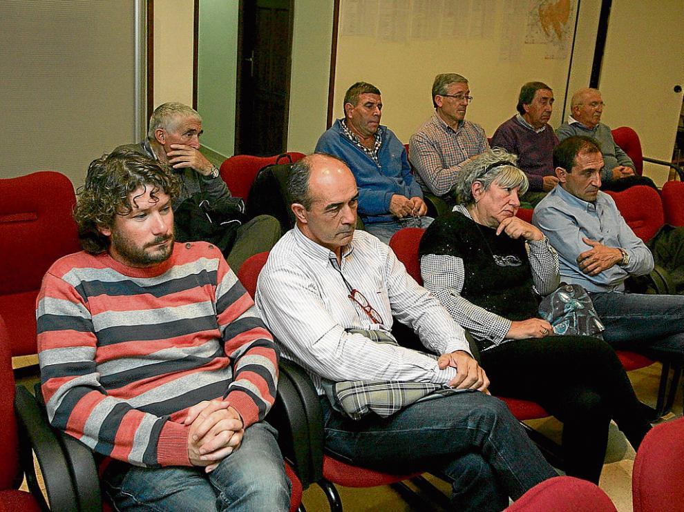 Los miembros de la comisión de afectados se reunieron anoche en el ayuntamiento.