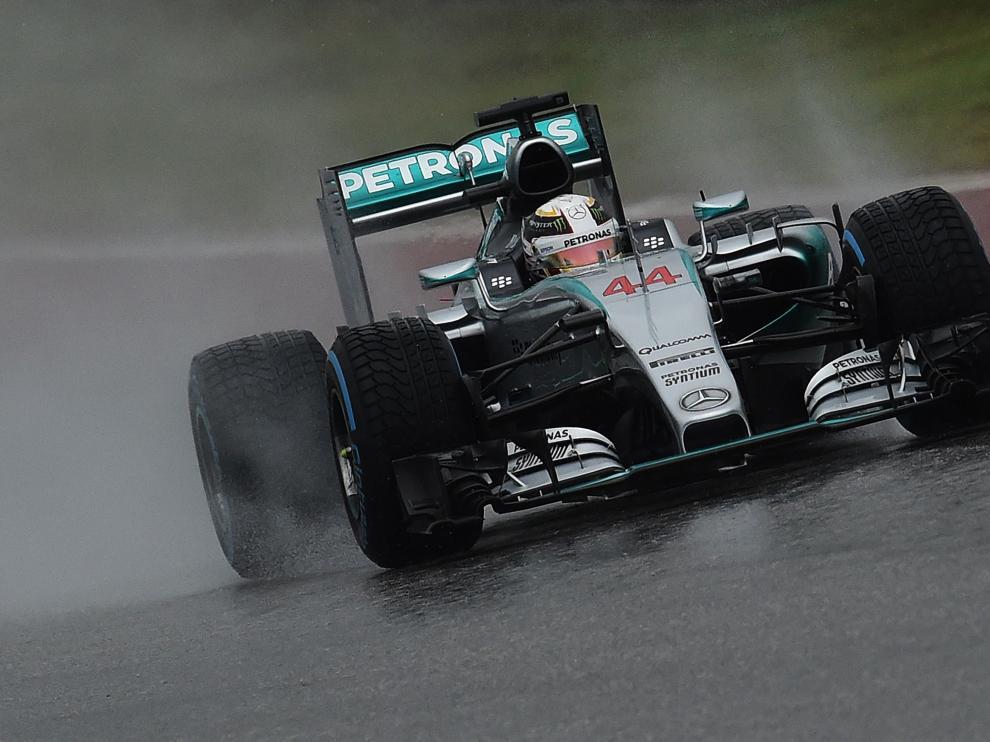 Hamilton anima el diluvio que suspendió una calificación aplazada al domingo