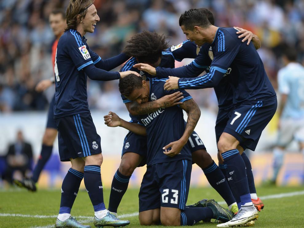 Los jugadores del Real Madrid celebran el gol de Danilo