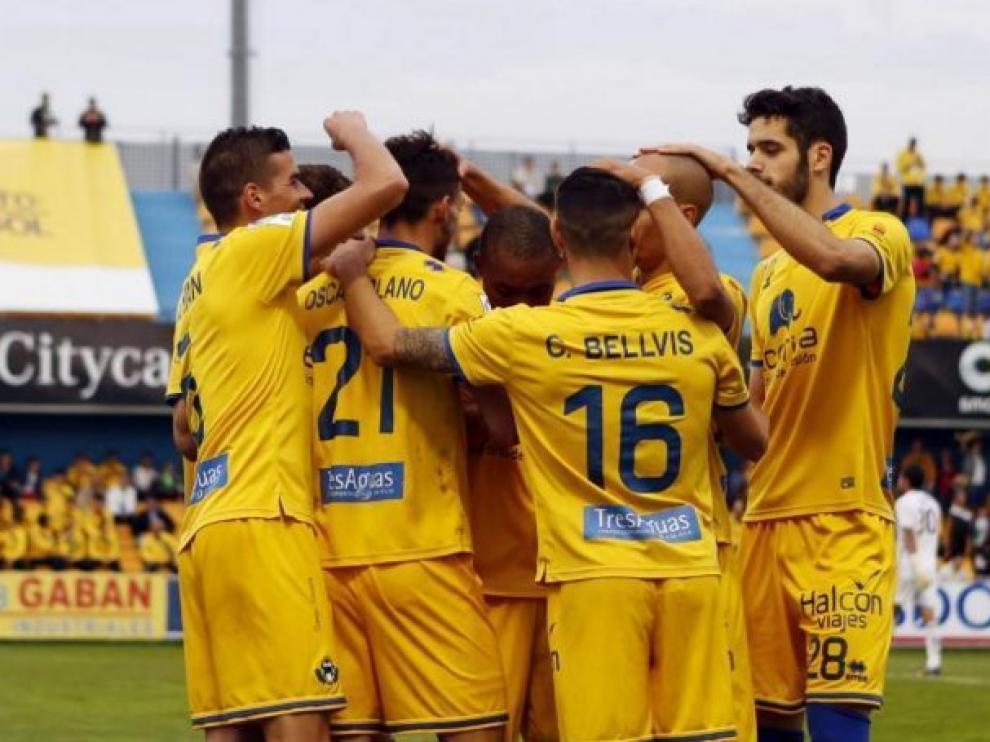 Los jugadores del Alcorcón celebran uno de sus seis goles