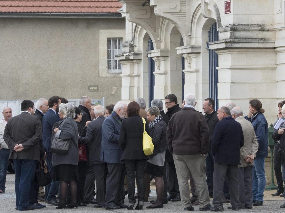 Familiares de las víctimas, frente al Ayuntamiento de Puisseguin.