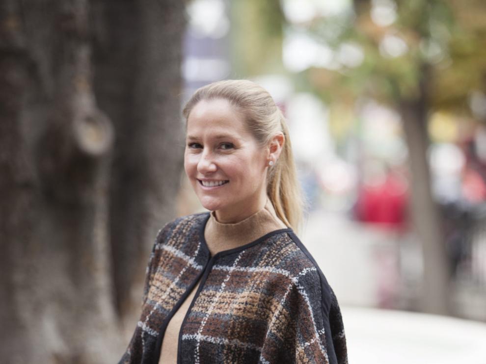 La asesora de moda llegó a Zaragoza abrigada con una capa, una de las tendencias de la temporada.