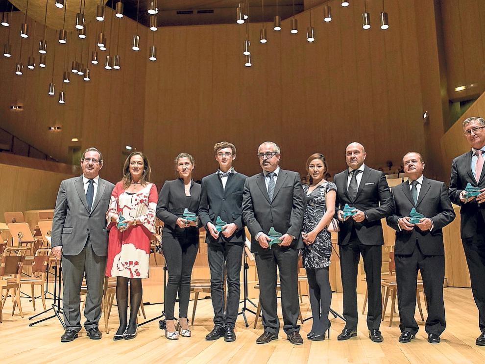 Javier Martí, Cristina Sobrino, María José Moreno, Noel Redolar, José Andrés Nalda, Jolene Lim, Pedro Porlán, Félix Longás y Manuel Blasco, con los premios.
