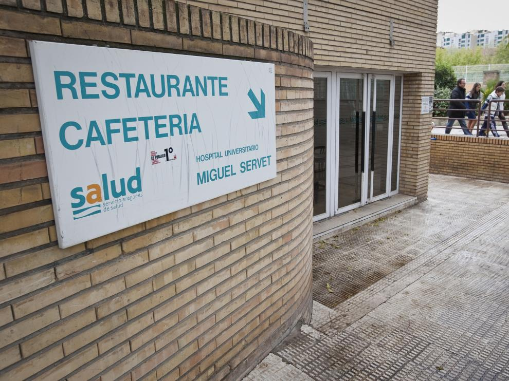 Acceso a la cafetería del hospital Miguel Servet.