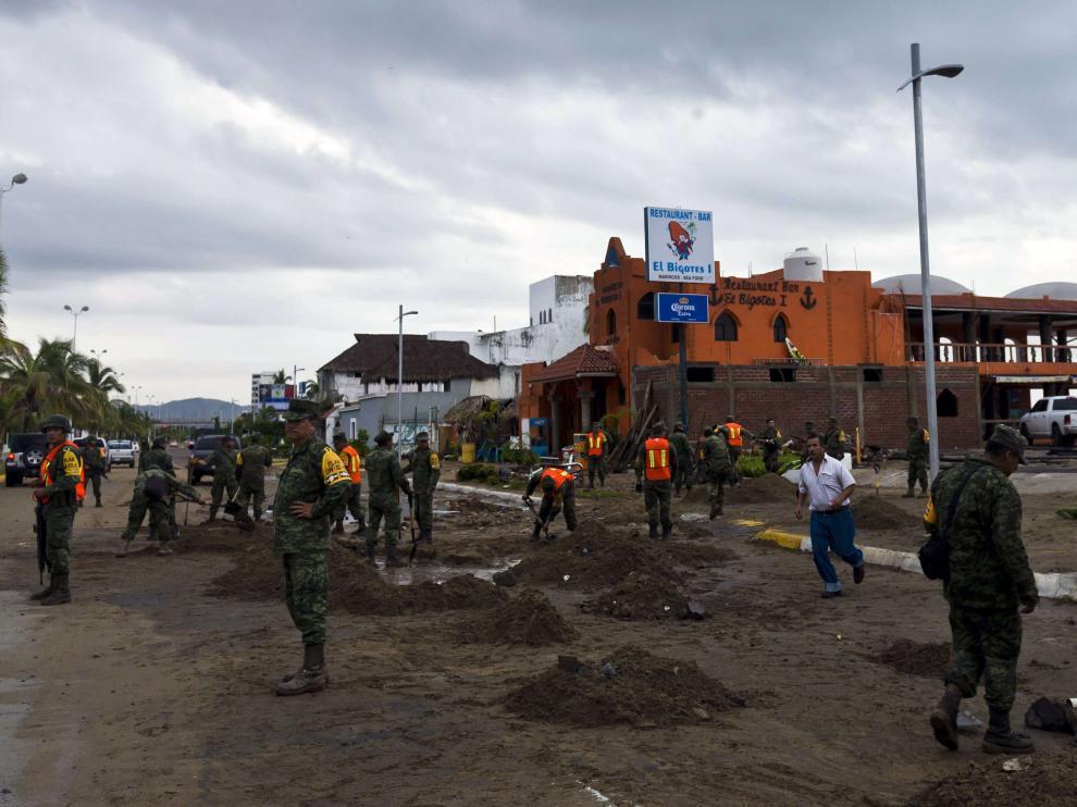 Soldados mexicanos levantan la tierra de las calles en Manzanillo.