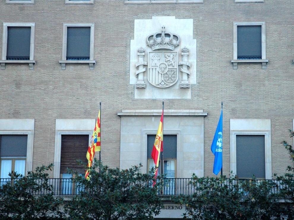 La bandera de Naciones Unidas ondea en la fachada de la Delegación del Gobierno en Aragón.