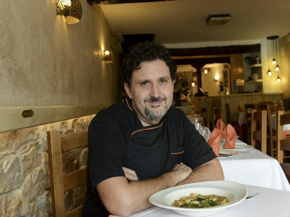 Carlos Narro, chef del restaurante Rincón del Chorro, de Albarracín, con el plato de borrajas con setas de cardo y gambas.