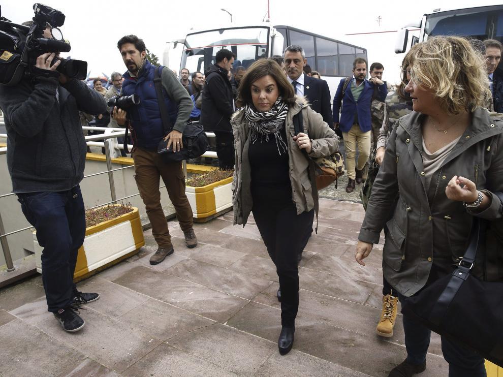 La vicepresidenta Soraya Sáenz de Santamaría sale del hotel en el que ha esperado a que se resolviera la avería en Corlu (Turquía).