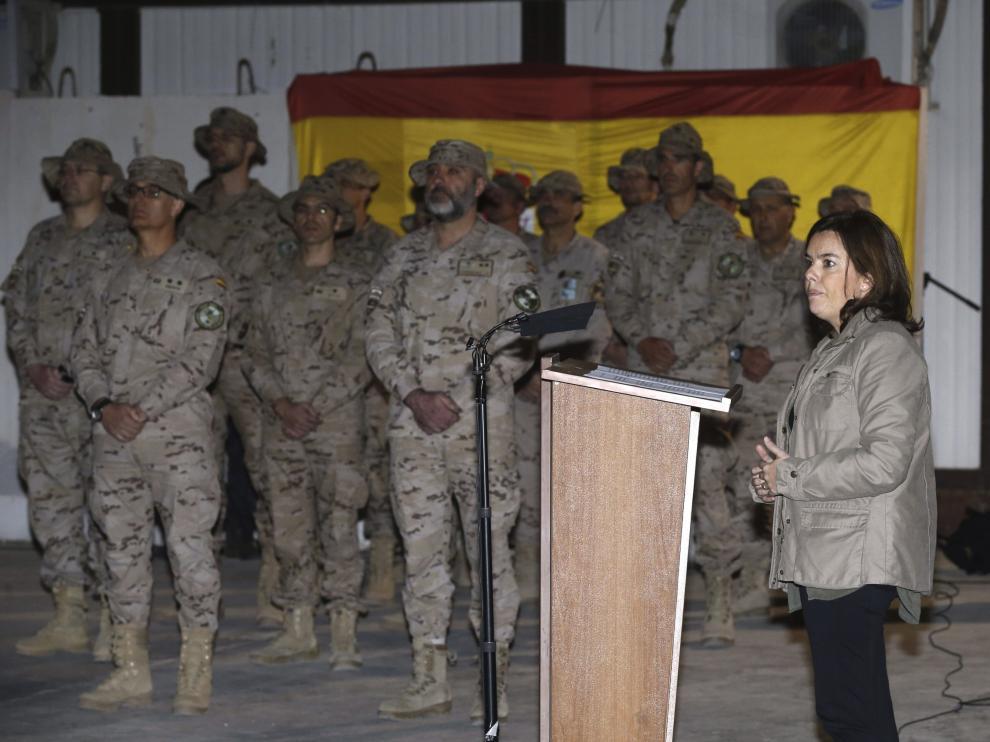 La vicepresidenta del Gobierno español, Soraya Sáenz de Santamaría (d), durante el acto de despedida de las tropas españolas destinadas en la base de Herat.