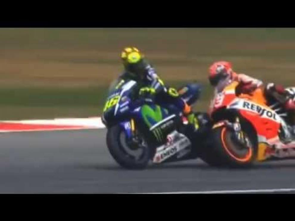 Rossi tira a Márquez y saldrá último en la última carrera